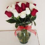 Florero de rosas rojas y blancas florerias en guadalajara con servicio a domicilio, zapopan, tlaquepaque, tonala, tlajomulco
