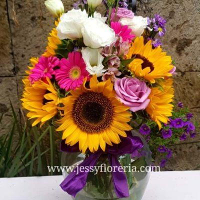 Florero con girasoles, rosas y gerberas