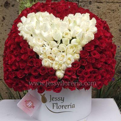Caja circular de 350 rosas con corazón