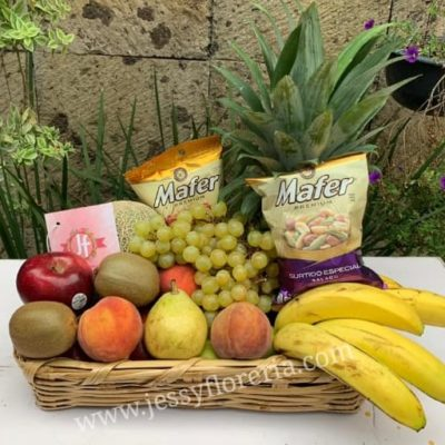 Canasta frutal con cacahuates