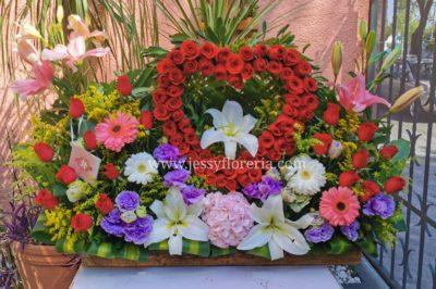 Jardín con corazón de rosas