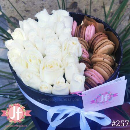257 Caja 25 Rosas blancas 12 macarrones