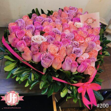 Caja corazón con 100 rosas rositas