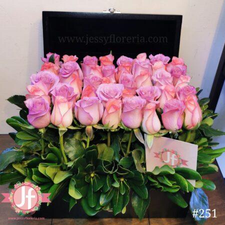 Cofre negro con 40 rosas rosas