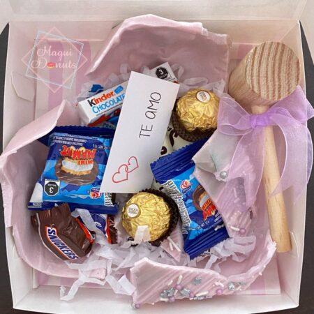 Corazón de chocolate con mensaje y dulces