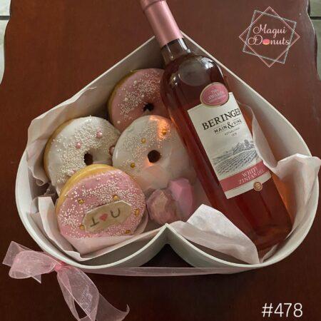478-Corazón con donas, corazón mini chocolate y Vino Rosado