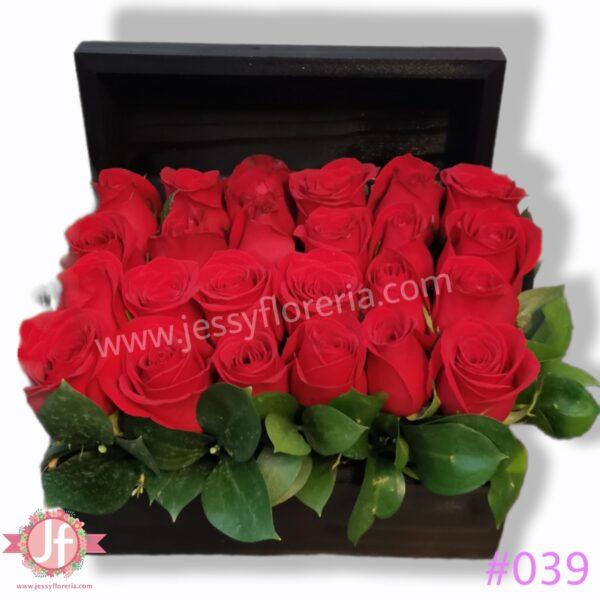 #039 Cofre negro con 24 rosas rojas